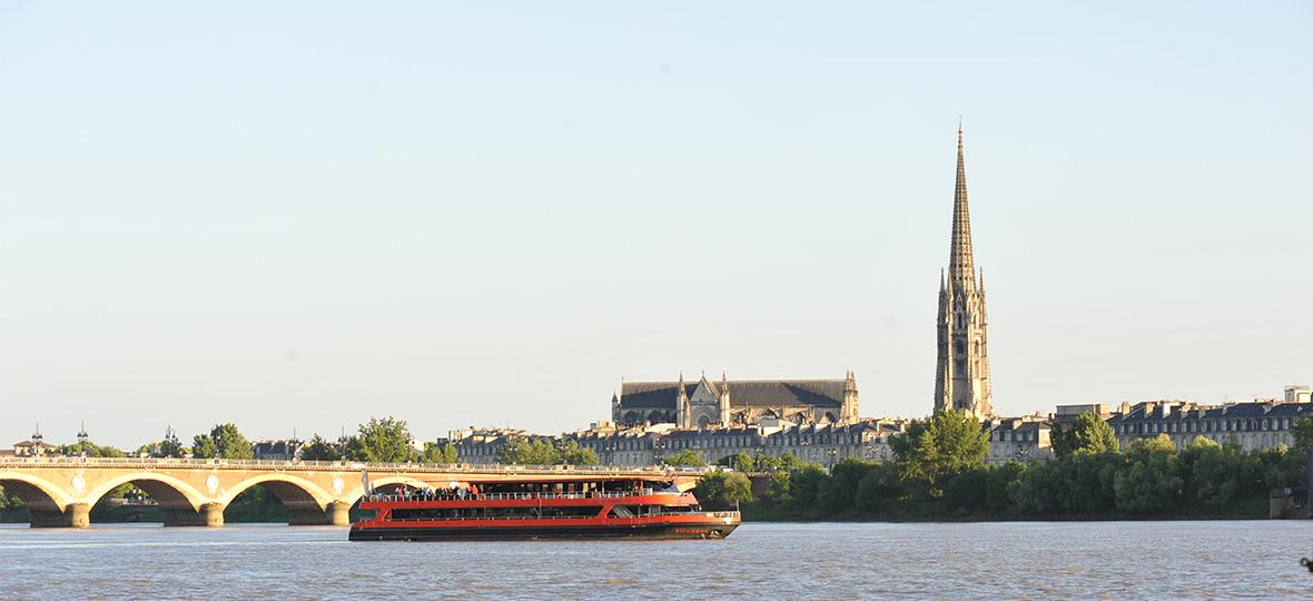 Le Sicambre devant les quais de Bordeaux
